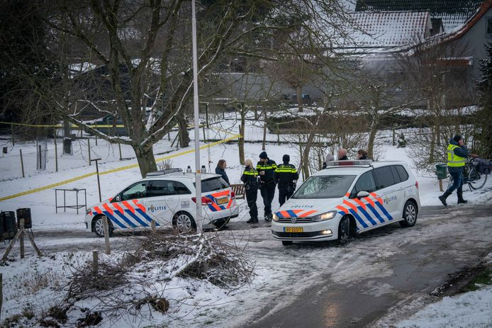 Verzamelde politiemensen bij het drugslab aan de Rijndijk in Doornenburg.