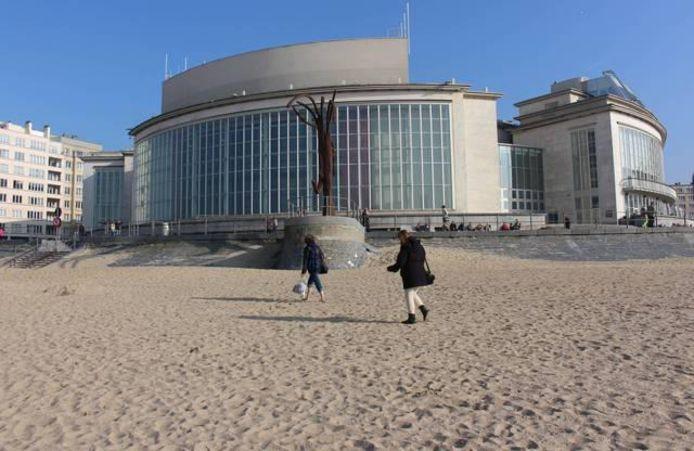 Het beeld van Dikke Mathille lag van midden jaren vijftig tot midden jaren zestig in de insprong achteraan het Kursaal, zoals rechts te zien op de foto.