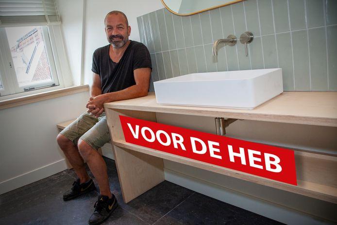 Voor de heb: Het Houten Mannetje Arjan van Haastregt in de door hem gemaakte badkamer van de Stadsherberg