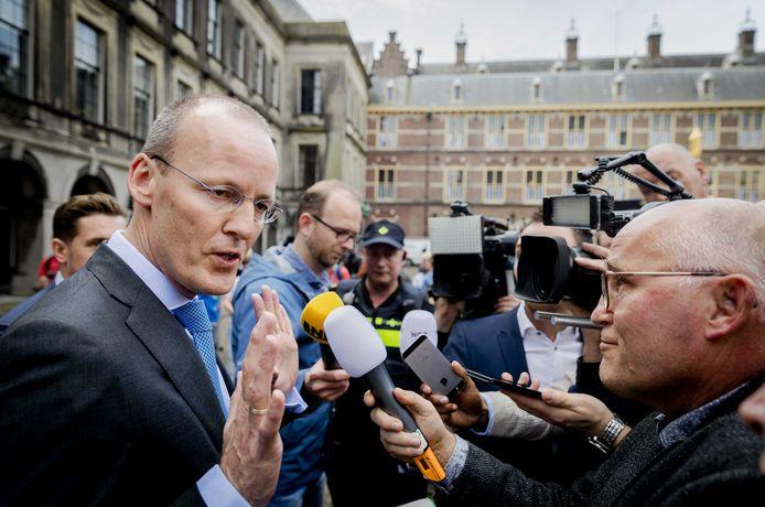 President Klaas Knot van De Nederlandsche Bank staat de pers te woord na afloop van een gesprek met formateur Edith Schippers.