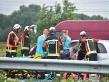 Slachtoffer zit drie kwartier bekneld in auto na ongeluk op N11, weg volledig afgesloten