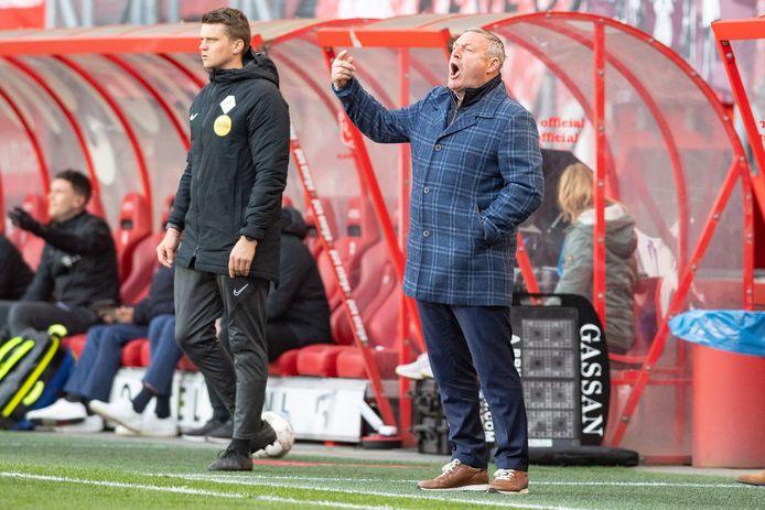 FC Twente-trainer Ron Jans probeert zijn ploeg tegen FC Utrecht op te peppen.