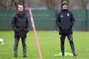 Johannes Spors (links) met hoofdcoach Thomas Letsch op de training van Vitesse.