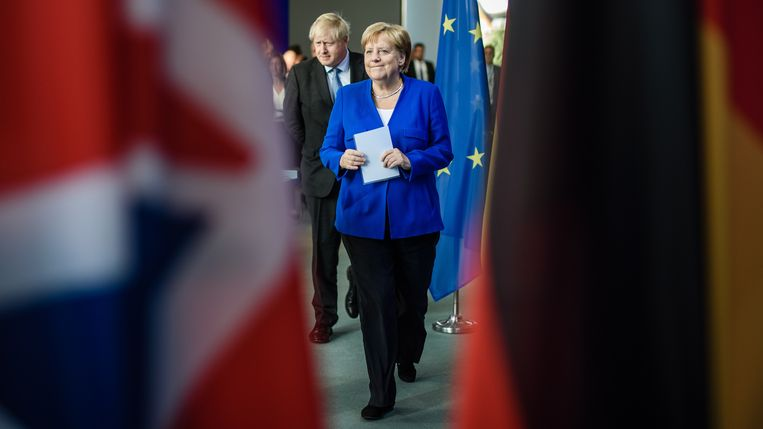 De Britse premier en de Duitse bondskanselier in Berlijn. Beeld EPA