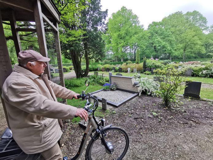Jaap Pijpelink, regelmatig bezoeker van de begraafplaats aan de Burchtlaan in Axel, bij het te behouden grafmonument van Maria Naeije-van Hoeve en haar dochtertjes Karien, Anneriet en Nelleke die in 1957 bij een auto-ongeval om het leven kwamen.