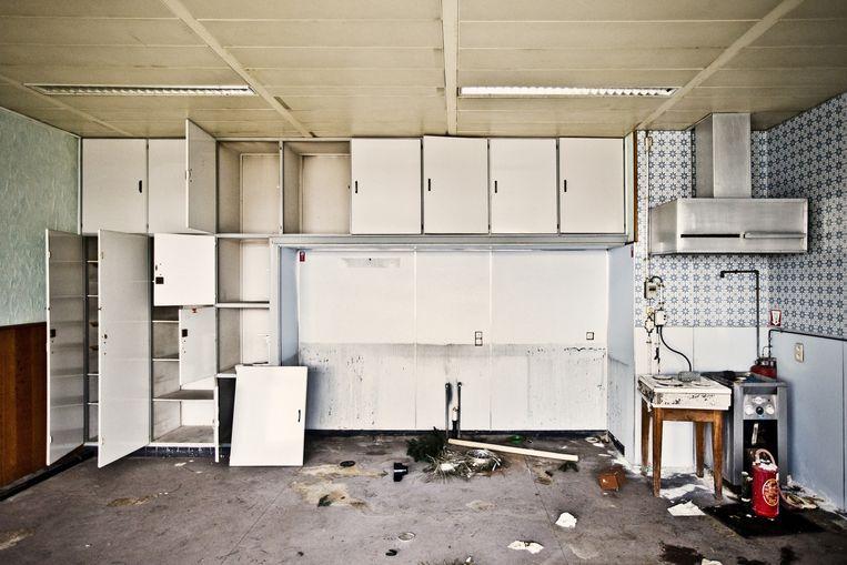Het douanecomplex van Zelzate werd ingehuldigd in 1960, de hoogdagen van de botersmokkel. In de keuken staan de frietketel en de dampkap nog Beeld © jonas lampens