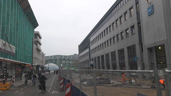 De werkzaamheden aan het eerste stuk Vestdijk in Eindhoven in 2018. Rechts werd proefbestrating voor de binnenstad aangelegd. Die moet nu weer vervangen worden door het definitieve asfalt.