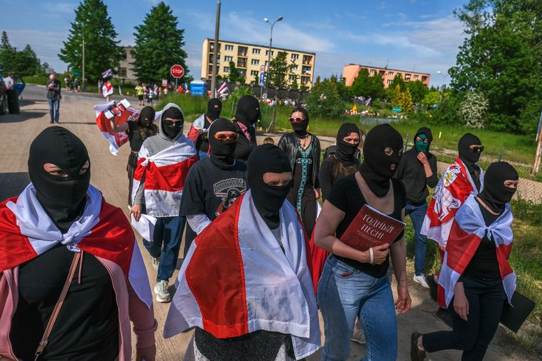 Belarussische dissidenten en Poolse sympathisanten demonstreren bij de grens van Polen en Belarus om meer sancties tegen de Belarussische president Loekasjenko te bepleiten. Beeld Getty Images