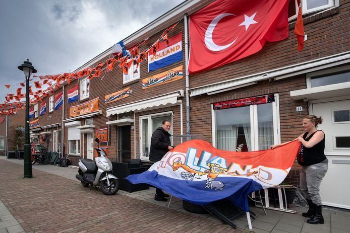 Op het Larikspleintje in de Graafsewijk zijn de bewoners druk in de weer om hun teams te steunen met vlaggen.
