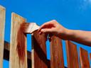 Hoe dekkender de beits, hoe beter je houten omheining beschermd is tegen UV-licht