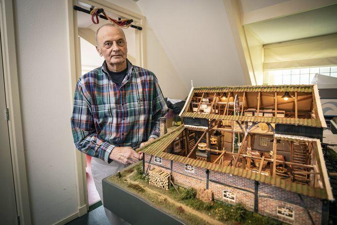 Alle verdwenen watermolens in de regio nabouwen in miniatuurvorm. Vanuit deze ambities maakte molenaar Ed Westgeest (70) na watermolen de Mast in Nutter onlangs een maquette van een hamerbak met papiermolen.