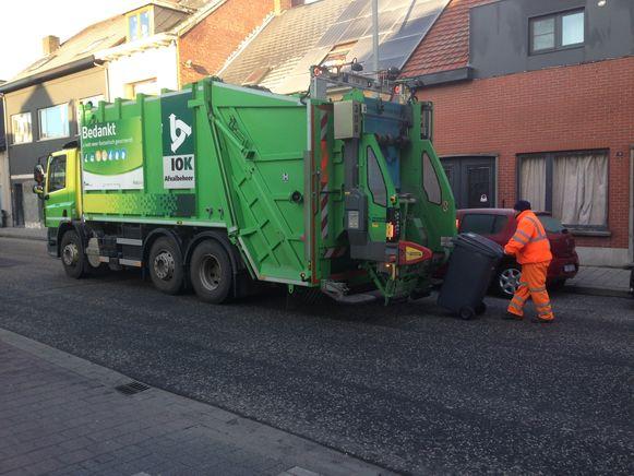 Archieffoto: een vuilniswagen van IOK Afvalbeheer haalt huisvuil op aan de Steenweg op Oosthoven in Turnhout