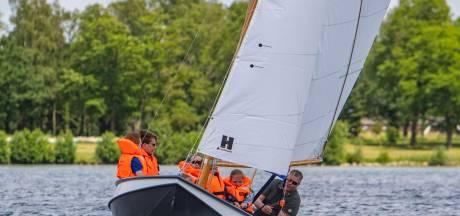 Eerste watersportvereniging van Voorst bouwt zelf een zeilboot, nu een carnavalswagen geen nut heeft