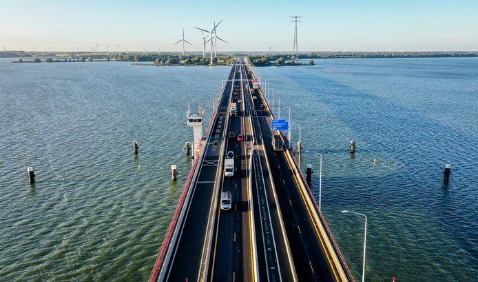 De linkerrijstroken op de Haringvlietbrug zijn in beide richtingen verbreed.