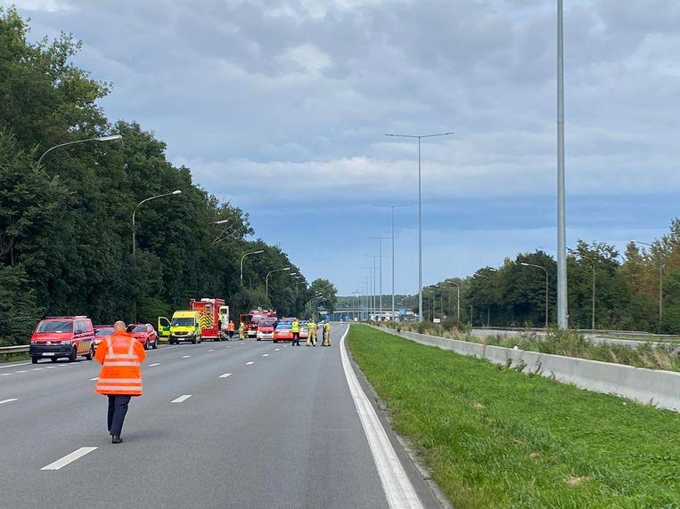 De Brusselse Ring in Beersel is momenteel in beiden richtingen afgesloten na een ongeval met een tankwagen. Beeld Tom Vierendeels