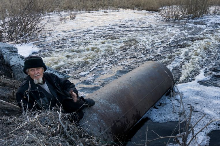 In this photo taken on Thursday, April 7, 2016, an old man fishes in a lake that connects to the nearby Techa River, near the village of Muslyumovo, Chelyabinsk region, Russia, which is polluted with radioactive waste from Mayak nuclear plant. Beeld AP