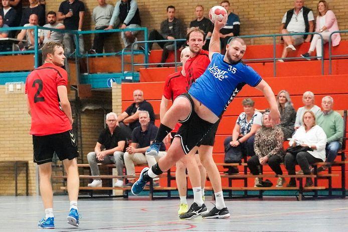 Jordy Mertens dringt door in de verdediging van Ha-Stu, afgelopen zaterdag.