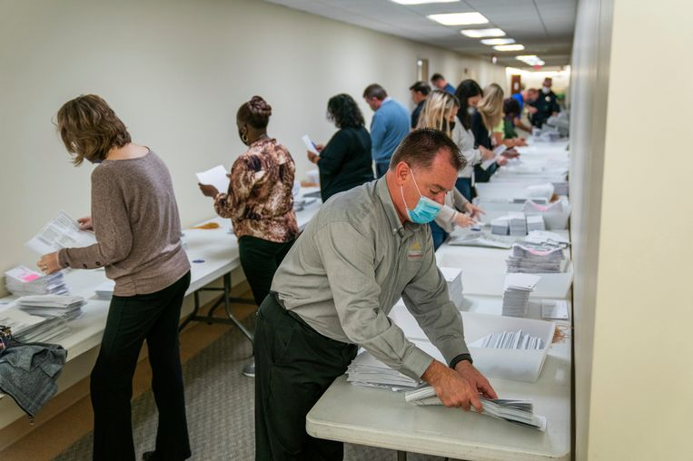 Stemmen worden geteld in Pennsylvania.  Beeld AP