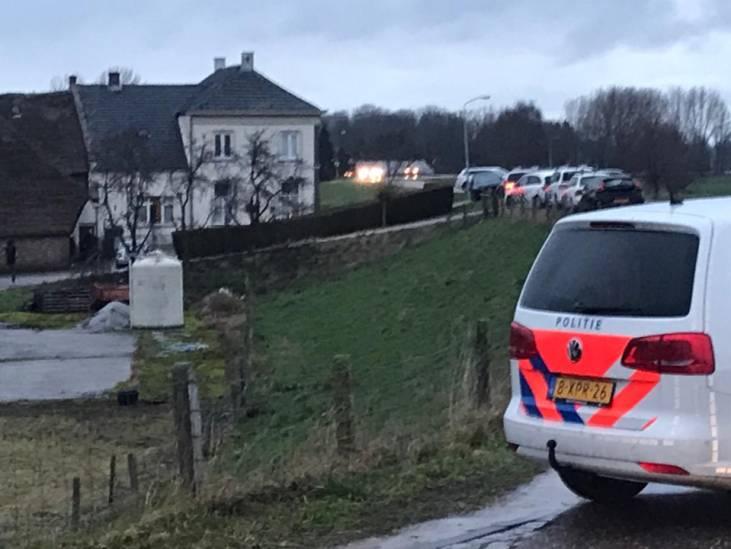 Inval aan dijk in Hoenzadriel: veel agenten en politieboot ter plaatse