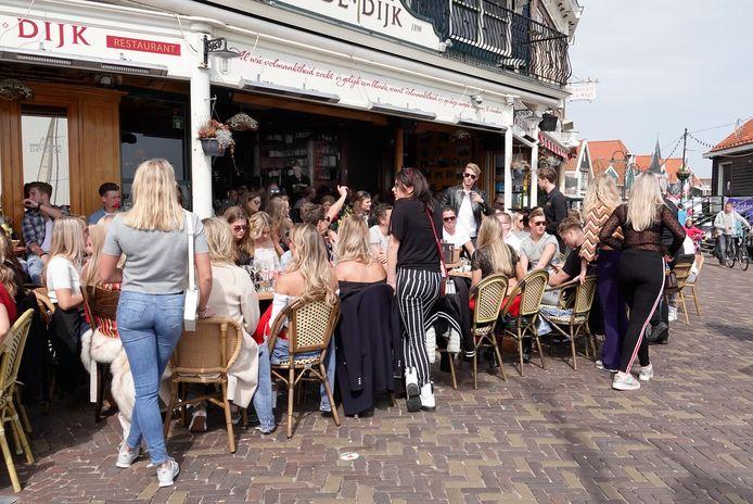 De oudere jeugd in Volendam zoekt de horeca op, de jongere kinderen zoeken elkaar op tijdens huisfeestjes.
