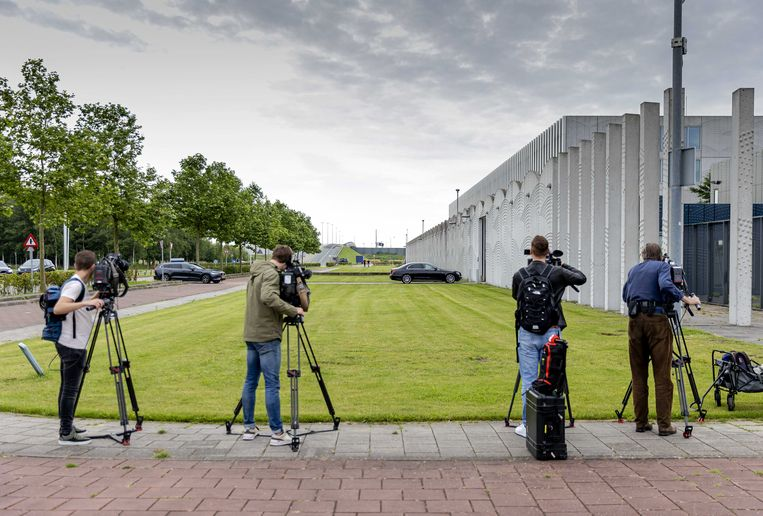 Media maken opnames voorafgaand aan de inhoudelijke behandeling van de strafzaak tegen Moreno B. en Giermo B., die verdacht worden van betrokkenheid bij de dood van advocaat Derk Wiersum. Beeld ANP