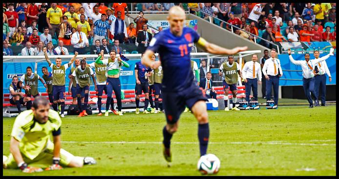 Arjen Robben passeert Iker Casillas en is op weg naar de 5-1. De revanche voor de gemiste kans op het WK van 2010 in Zuid-Afrika.