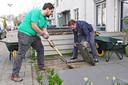 Rotterdam moet nog veel duurzamer worden, vindt Buurkracht. Dat kan onder meer door tegels te wippen en er dan planten voor terug te zetten.