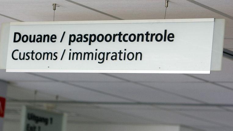 Paspoortcontrole op het vliegveld in Lelystad ©ANP Beeld