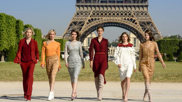 Famke (tweede van rechts) in Models in Paris.