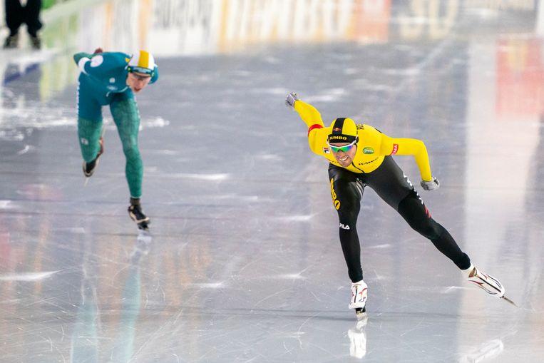 Patrick Roest (rechts) rijdt in een duel met Jorrit Bergsma een Nederlands record op de 10 kilometer. Beeld BSR Agency