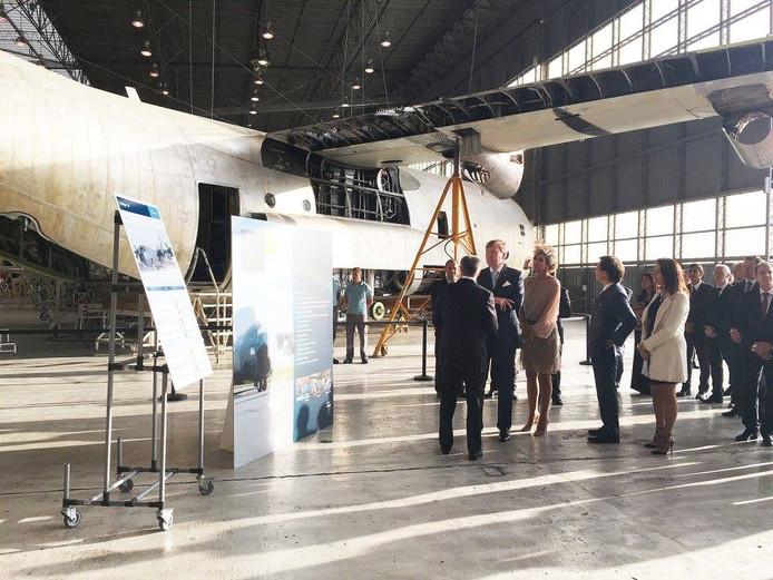 Het koninklijk paar bij vliegtuigonderdelenproducent Ogma, waar Geert Wubben met Maxima in gesprek ging.