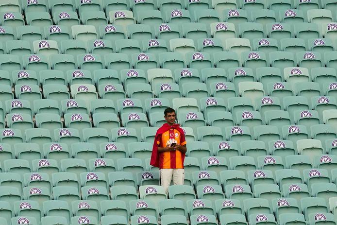 Een Galatasaray-supporter overziet het speelveld.