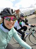 Shirley Bergwerf, op pad met fietsmaatje Bianca Hoekveen.