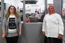 Nujoud Assaf (links) en Nima Abdulahi koken wekelijks bij De Wereldkeuken, nu hebben ze een officieel horecadiploma.