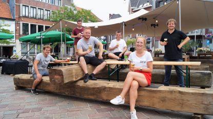"""Jeugdcafés openen samen indrukwekkend zomerterras op de markt: """"We zijn het stadsbestuur enorm dankbaar voor de kans"""""""