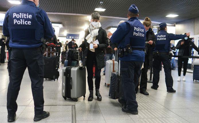 De politie controleert de 'Passanger Locator Form' van terugkerende reizigers.