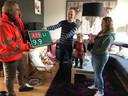 """Bart Keunen van Rijkswaterstaat overhandigt het hectometerbordje. ,,De ouders waren heel blij met de kaart van de minister en zeer verguld met het hectometerbord wat een mooi aandenken is voor deze bijzondere gebeurtenis"""", aldus Keunen."""