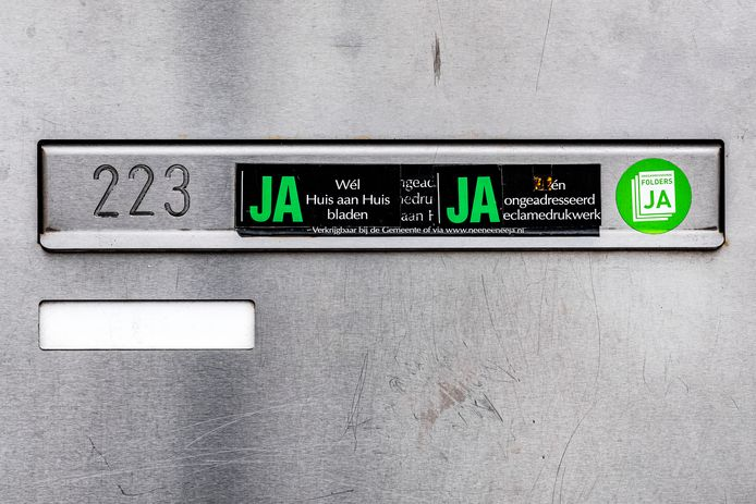 Een ja-ja-sticker op een brievenbus.