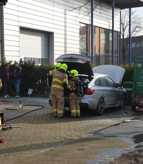 Auto vliegt in brand op bedrijventerrein Ede