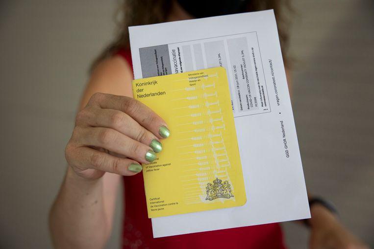 Ook het gele vaccinatieboekje is welkom. Beeld Arie Kievit