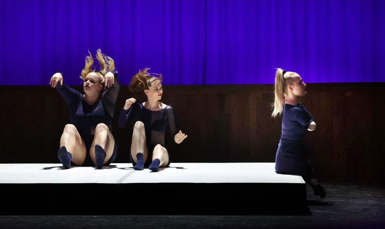 Pro Forma van choreograaf Adriaan Luteijn door met vanaf links Lize Wubbels, Elena Pampoulova en Eva Eikhout.  Beeld Hans Gerritsen