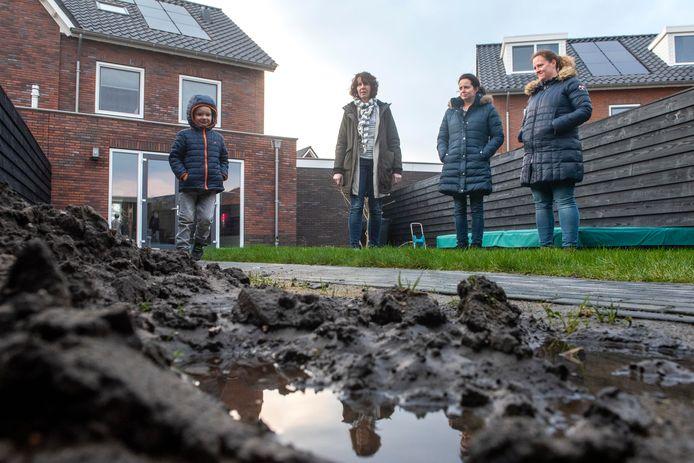 In de wijk Harderweide, met name Korenbloemdreef en Dotterbloemdreef klagen de nieuwe bewoners over water in kruipruimtes, in tuinen en op terrassen dat maar niet wegloopt.