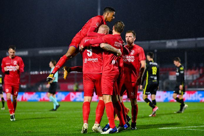 Almere City weer aan kop na ruime zege op Go Ahead Eagles.