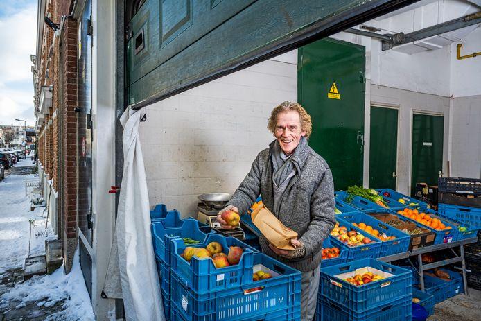 Rinus Smit heeft zijn groentekraam normaliter op de hoek van de Jacob Catsstraat met de Zwart Janstraat staan, maar vanwege de sneeuw en kou is hij nu tijdelijk uitgeweken naar zijn 'loods' aan de Jensiusstraat.