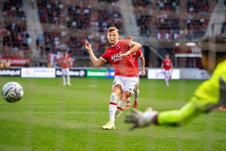 Jesper Karlsson benut de strafschop vlekkeloos, doelman Hahn is kansloos. Het staat 3-0 en het is de tweede goal van de AZ-spits.  Beeld  Guus Dubbelman / de Volkskrant