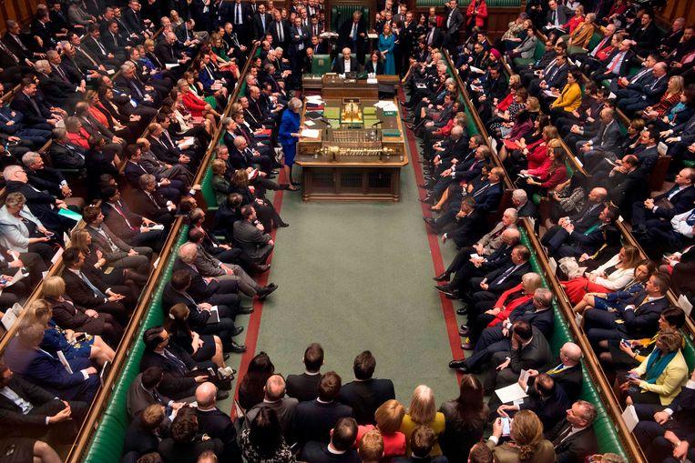 ►Premier May spreekt het Lagerhuis toe, waarin de partijen tegenover elkaar zitten. Zo ontloopt ze ook in volle brexitcrisis haar rivaal Corbyn. Beeld AFP