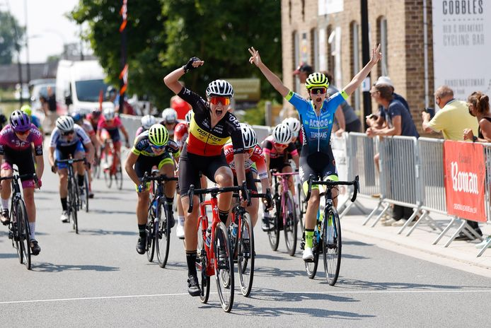 Belgisch kampioene Julie Hendrickx sprintte in Maarke-Kerkem naar haar eerste zege. Ook nieuwelinge Sara Schildermans juicht uitbundig.