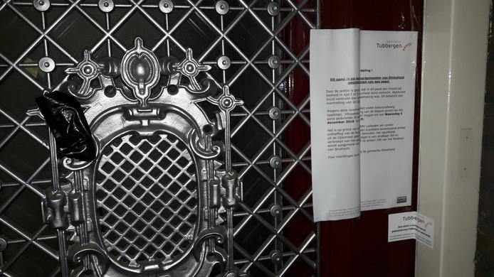 Voordeur van pand aan Chopinstraat dat op last burgemeester is gesloten voor half jaar vanwege overtreding opiumwet. In brief op voordeur wordt verklaring gegeven voor de verzegeling.