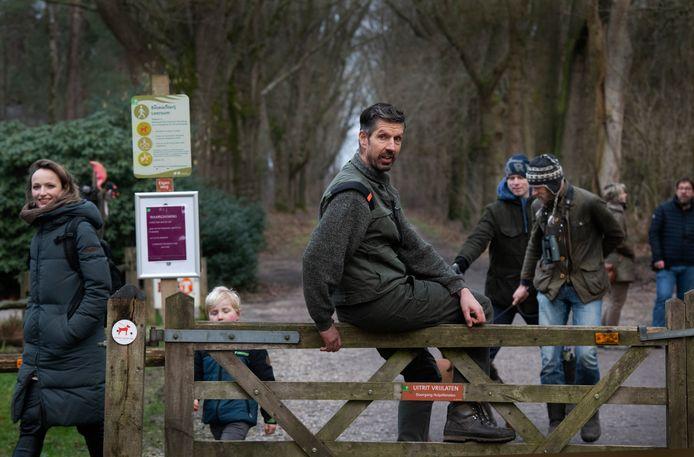 Boswachter Rein Zwaan bij de ingang van het wandelgebied in Leersum. Hij is blij met de bezoekers, maar die moeten zich wel aan de regels houden.