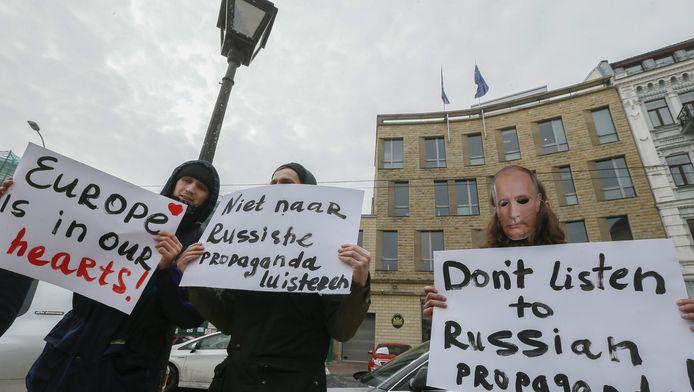 Demonstranten roepen Nederlanders op niet naar de Russische propaganda te luisteren.